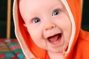 Uśmiechnięte dziecko z dwoma ząbkami