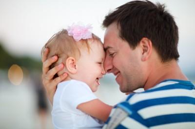 Ojciec trzyma dziecko na rękach