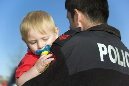 Policjant trzyma dziecko na rękach