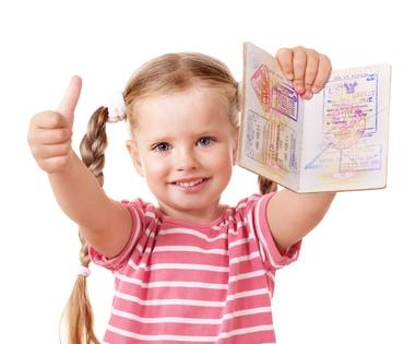 Dziewczynka z paszportem w ręku