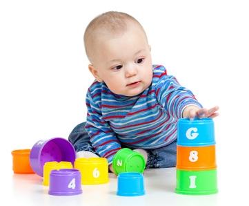 Dziecko układające wieżę z klocków