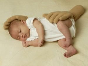 poduszki imitujące dłonie