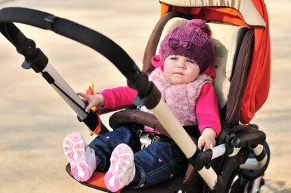 Dziecko siedzące w wózku