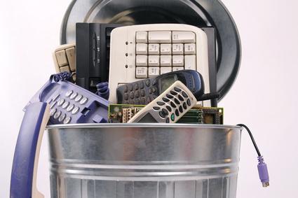 Zużyty sprzęt elektroniczny w koszu