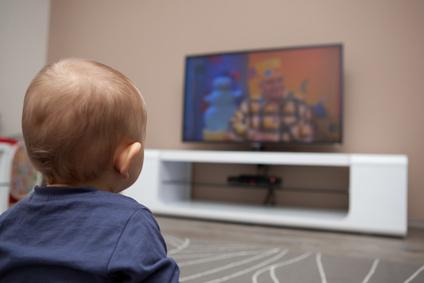 Chłopiec przed telewizorem