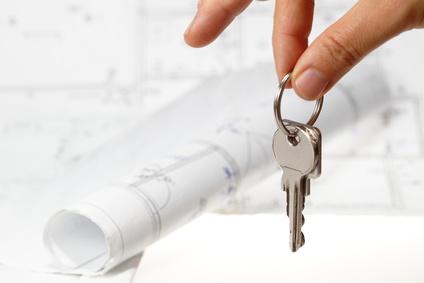 Klucze do mieszkania w dłoni