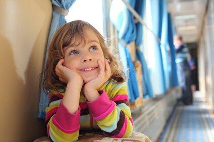 Dziecko w wagonie kolejowym