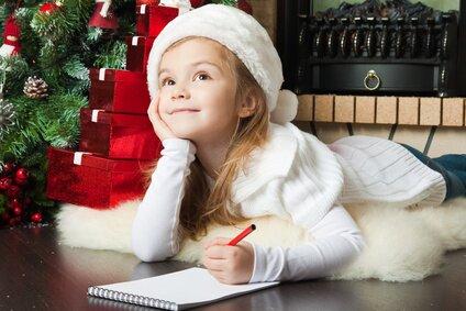 Dziecko piszące list do Mikołaja